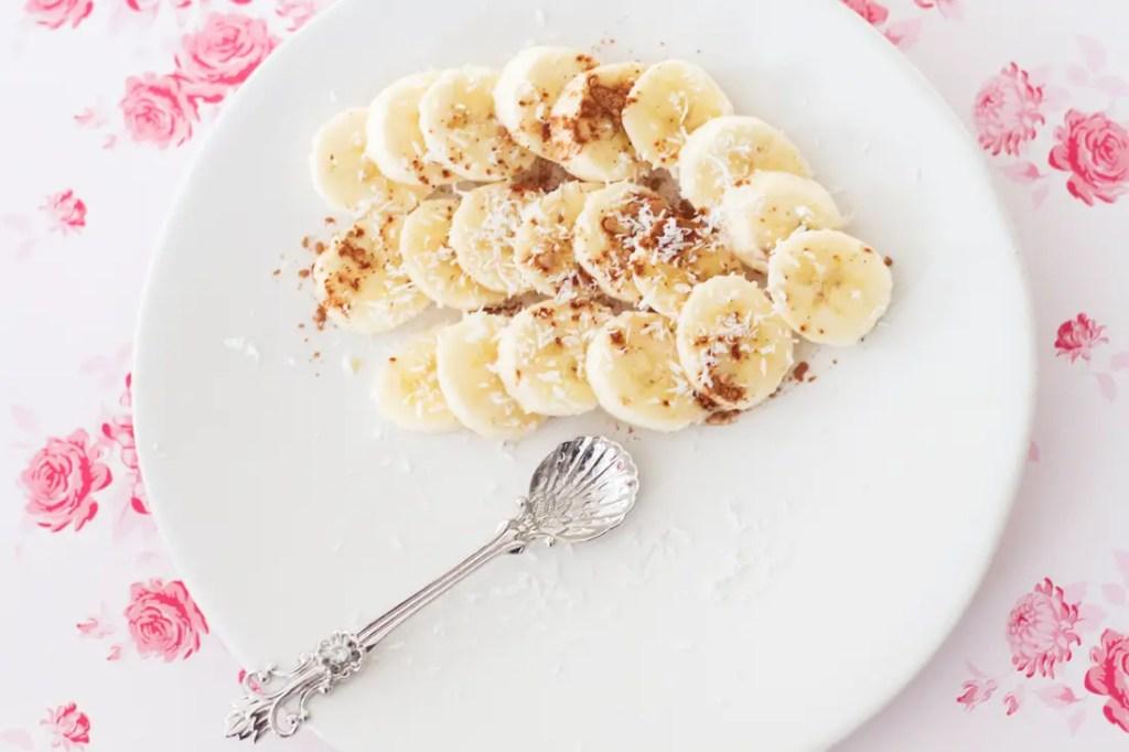 Goûter sans gluten : bananes à la caroube et noix de coco