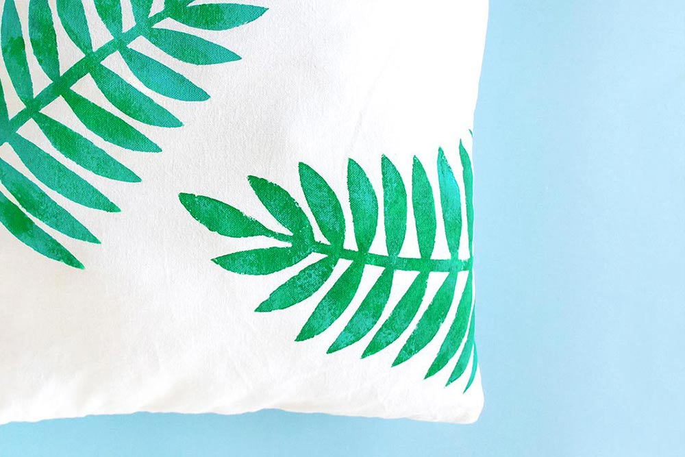 DIY coussin tropical : comment customiser un coussin blanc