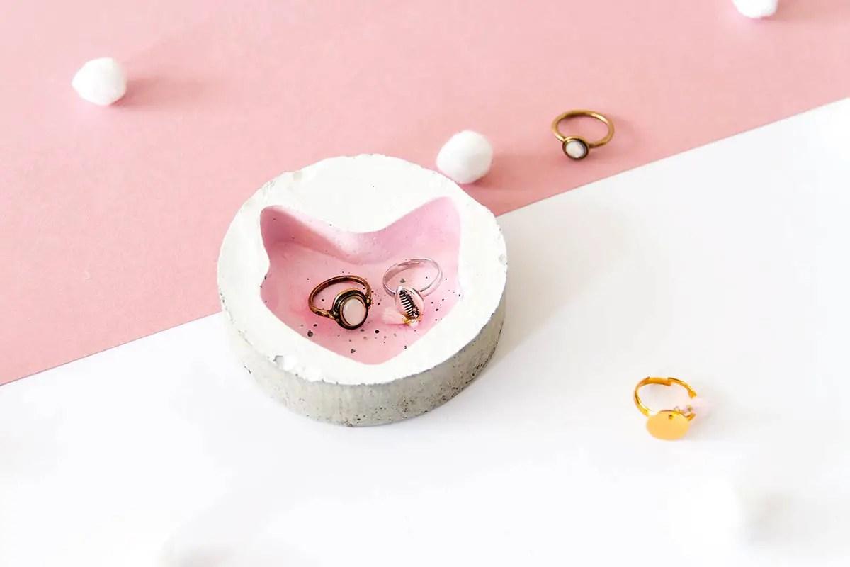 DIY : Une coupelle à bijoux «chat» en béton