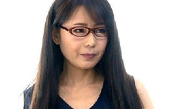 メガネ中年女性の家庭教師が未挿入生徒に寝取られ痙攣イカされまくる。三浦恵理子