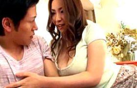 爆乳中年女性の母親が息子の同級生の細マッチョに興奮して未性交筆下ろし!若いペニスで突かれビクビク痙攣イキまくりw青山葵