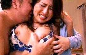 息子の目の前で3P陵辱される母親!イラマ奉仕でパンティを濡らしアソコに発射痙攣!冬木舞