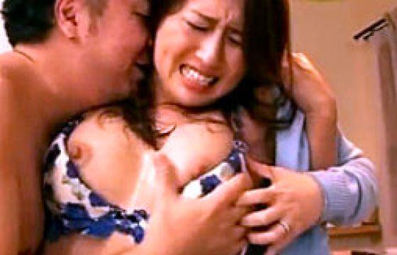 息子の目の前で3P陵辱される母親wイラマ奉仕でパンティを濡らし膣内射精痙攣w冬木舞