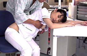 夜勤中に居眠りしていた看護師が入院患者に夜這いされハメ潮吹き痙攣イカされまくる。永井みひな