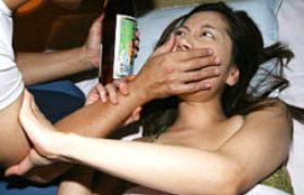 主人の隣で夜這いされたチョーキレイ妻がエビ反り痙攣マジイキw佐伯春菜