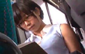 文学激カワ女子校生がバスの中でリモバイ突っ込まれ大量お漏らし!野外ファック陵辱で足ガク痙攣!紗倉まな