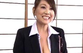 中年女性カウンセラーが引きこもり生徒に潮吹かされ大絶叫でイカされまくる。近藤郁美