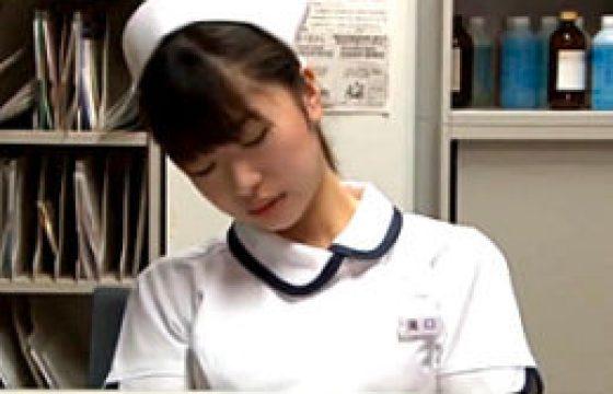深夜の手術室で救急隊員にパコられ潮吹き痙攣イカされるウブな新人看護師!しずく