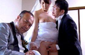 男の前で唇を奪われ嫌々寝取られる他人妻。しかし刺激的な連続中田氏3Pに身を震わせ愉楽に溺れていく!葵千恵