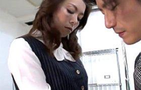 妖艶なオバサン上司がデキの悪い部下をパワハラ誘惑してビクビク痙攣マジイキw若松かをり