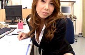 肉食中年女性オフィスレディが部下をパンチラ挑発。オフィスHでビクビク痙攣アクメ!風間ゆみ