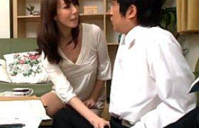 ドスケベ美熟れた女の母親が息子の同級生を誘惑して学生肉棒で大量ハメ潮吹き連続膣内射精エッチ!澤村レイコ