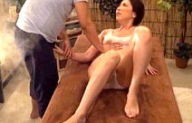 媚薬エステで狂わされた中年女性若妻が膣内射精性交で白目剥きビクビク痙攣絶頂!横山みれい