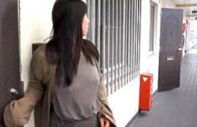 夫の服役中に隣人の絶倫オヤジと不倫するポッチャリ熟れた女妻w村上涼子