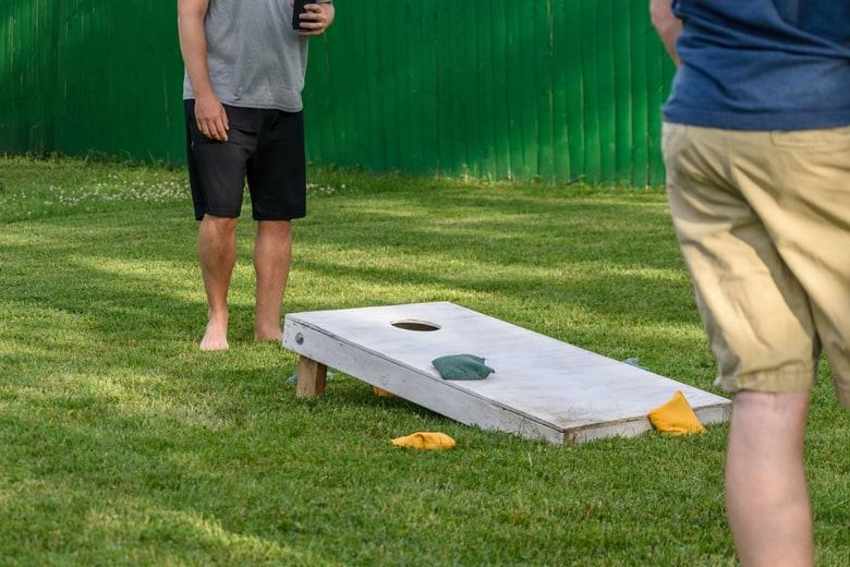 How to play cornhole