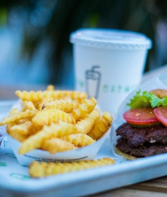 Shake Shack Double Burger Fries Ice-Tea Menü Fastfood Miami Riffelpommes Pommes Frites Hamburger Restaurant