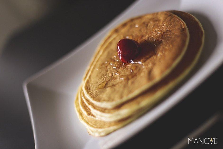 Fluffige Pancakes Erdbeere Ahornsirup Syrup Pfannkuchen IKEA Teller Anrichtung Süß Dessert Sonntagmorgen Frühstück