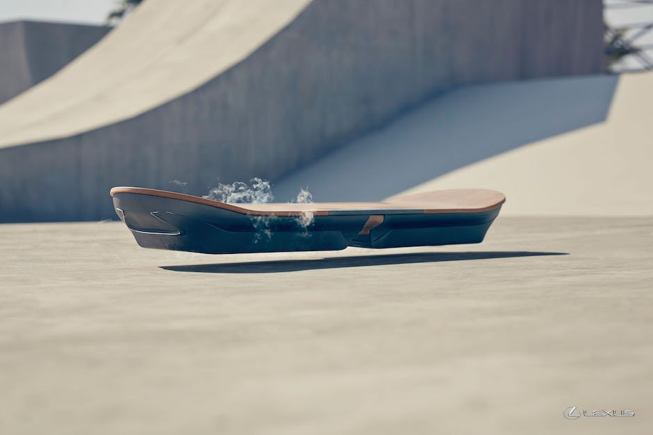 Lexus Hoverboard Barcelona Unveil Skateboard Beton Holz Superconductor Stickstoff