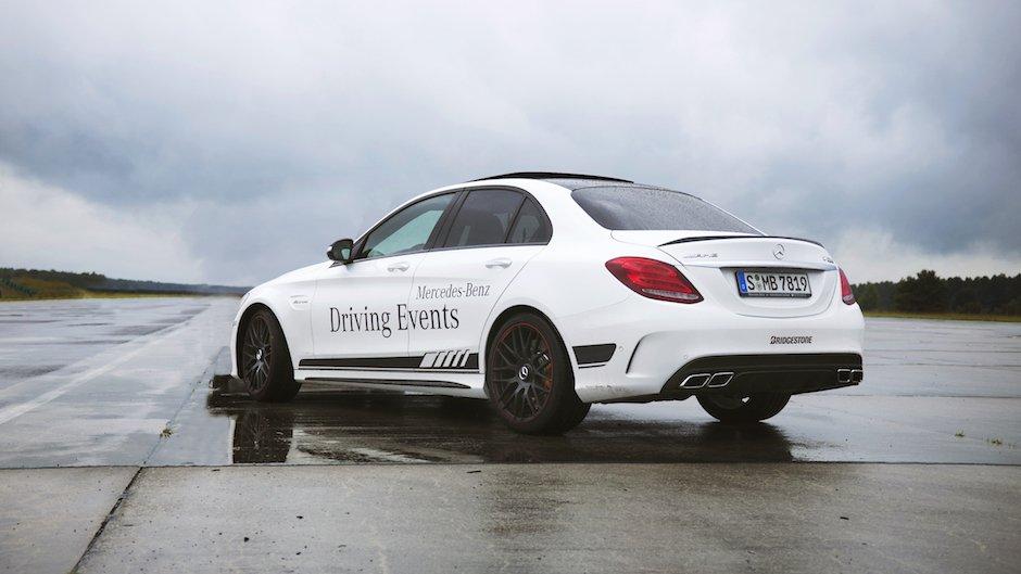 Mercedes-AMG C63 S Edition 1 black white Weiß Schwarz Flugfeld Rennstrecke Felgen Heck Profil Himmel