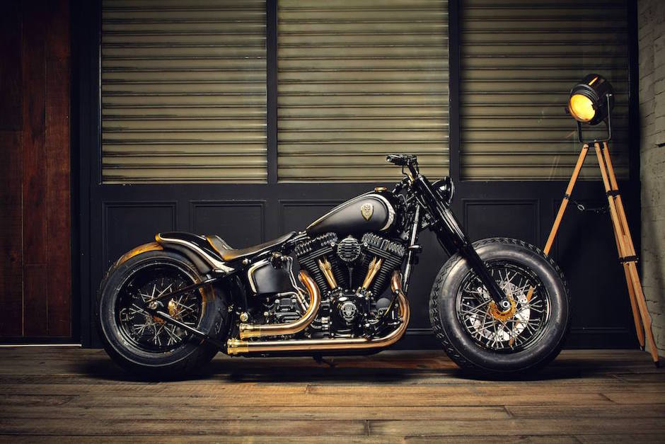Harley Softtail Slim Crowned Stallion Rough Crafts Seitenansicht Detail Bike Motorrad Garage Cruiser Asien
