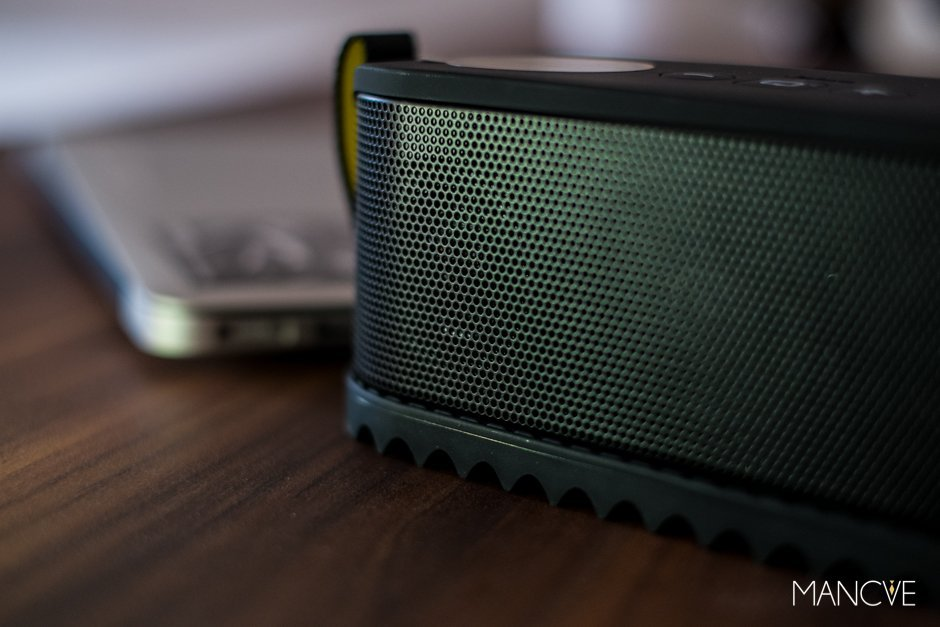 Jabra Solemate Bluetooth Speaker Lautsprecher schwarz Macbook Air Tisch Holz schwarz Outdoor Detail