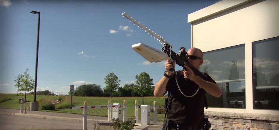 DroneDefender – Anti-Drohnen-Blaster schießt UAVs mit Funkwellen vom Himmel