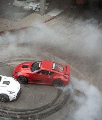 HOONIGAN Black Friday Drift Shopping Mall Chris Forsberg Ryan Tuerck Nissan 370Z NISMO Reifenspur Skidmarks Garage Smoke Rauch Qualm Tandem Battle