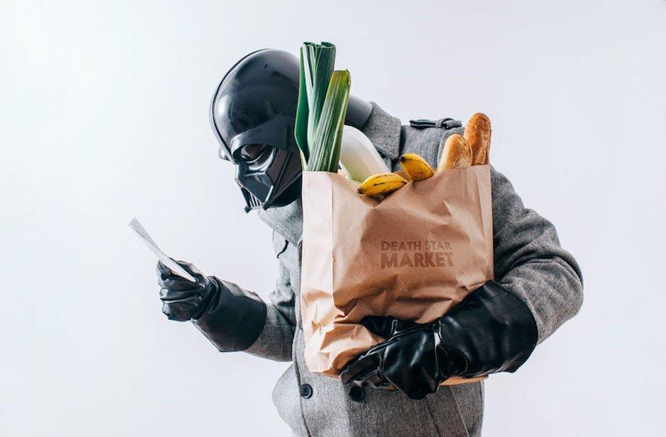 The Daily Life of Darth Vader Pawl Kadysz Grocery Shopping Einkaufstüte Gemüse Lauch Brot Baguette Smartphone Sith Lord Star Wars Fotoserie Fotograf schwarze Handschuhe Maske
