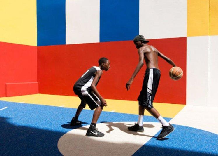 Basketballspieler Schatten bunter Platz