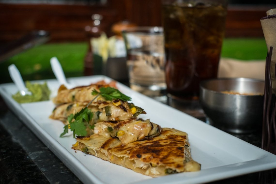 aguar Ceviche Spoon Bar and Latam Grill Coconut Grove Quesadillas Spanische Küche Miami Restaurant Cuisine Foodporn Detail Angerichtet Teller