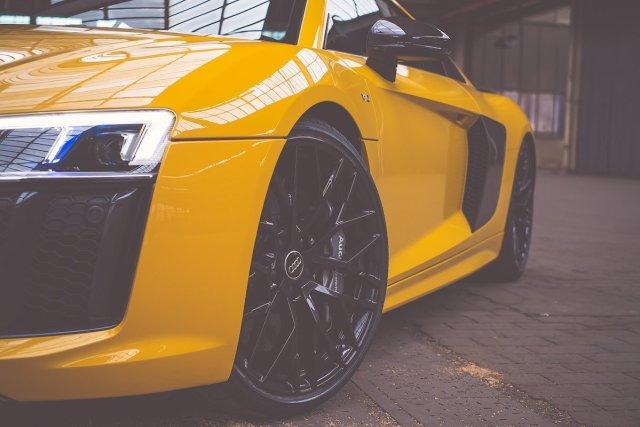 Audi R8 V10 20-Zoll Schmiedefelgen 10-Speichen Vegasgelb Lagerhalle Tagfahrlicht Lufteinlässe