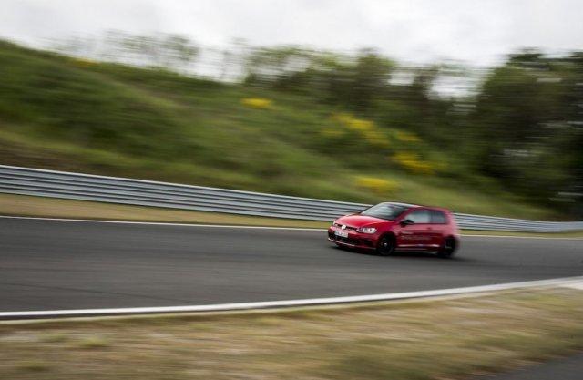 VW Golf GTI Clubsport Bilster Berg Steigstrecke Leitplanke Gerade Mausefalle Beschleunigung rot