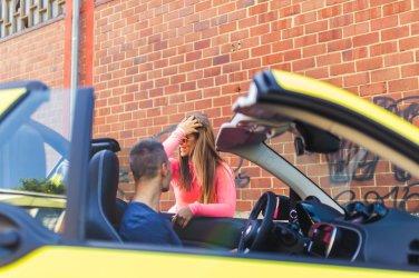 smart brabus fortwo cabrio 453 atomic yellow diana stefan chat talk gespräch flirt sportsitze workout rayban sonnenbrille haare frau hottie