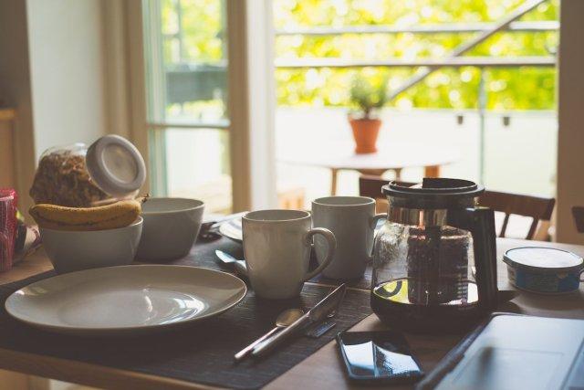 Frederiksberg Kopenhagen Wohnung Frühstück Breakfast Summer Sommer Müsli Banane Joghurt Quark Besteck Teller Kaffee Urlaub