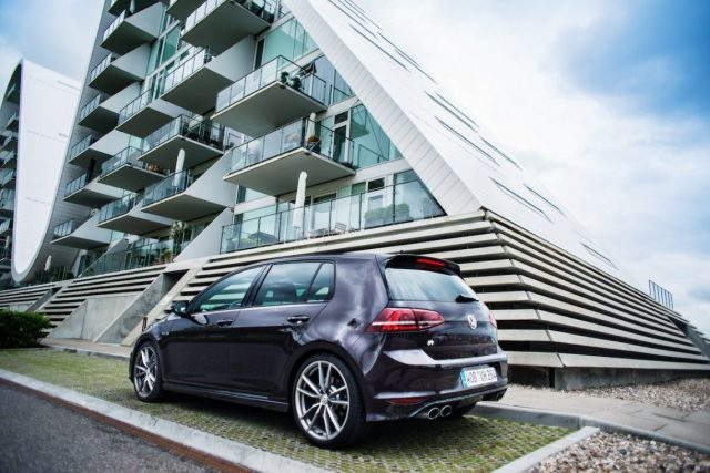 VW Golf R VII 7 Veijle Wavehouse Architektur Heck Fire and Ice Sonderlackierung Roadtrip Dänemark Küste Meer Auspuff The Wave Building Henning Larsen Architects