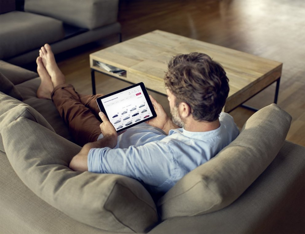 Audi Gebrauchtwagen Börse iPad Mann Couch