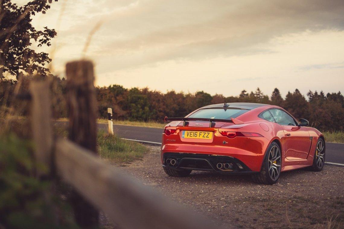 Jaguar F-TYPE SVR Coupé Firesand England Sonne Sonneuntergang dramatischer Himmel bewölkt Landstraße Eifel Nürburgring Heck Spoiler Schmiedefelgen Auspuff Tuning Schnell V8
