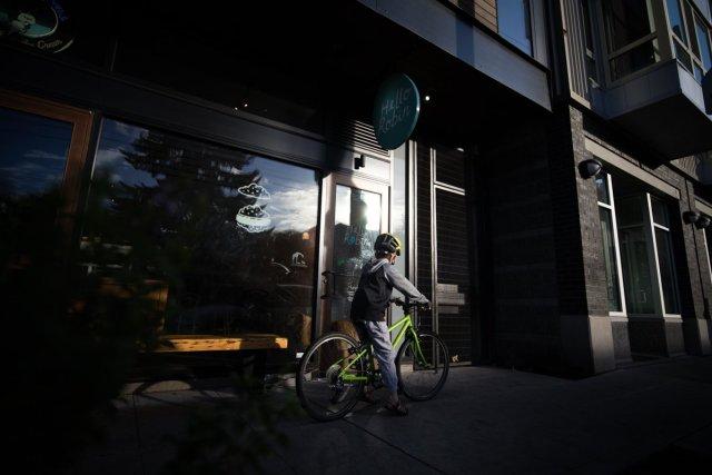 Hell Robin Cookies Storefront Seattle Child Bike Sweettooth Dunkel Schatten Bäckerei Laden