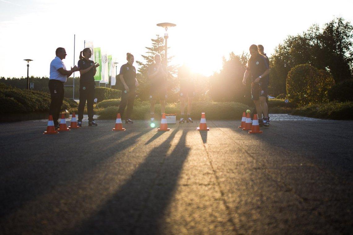 Koordinationstest VfL 1. Frauen Mannschaft Fußball Gegenlicht Schatten Sonneuntergang