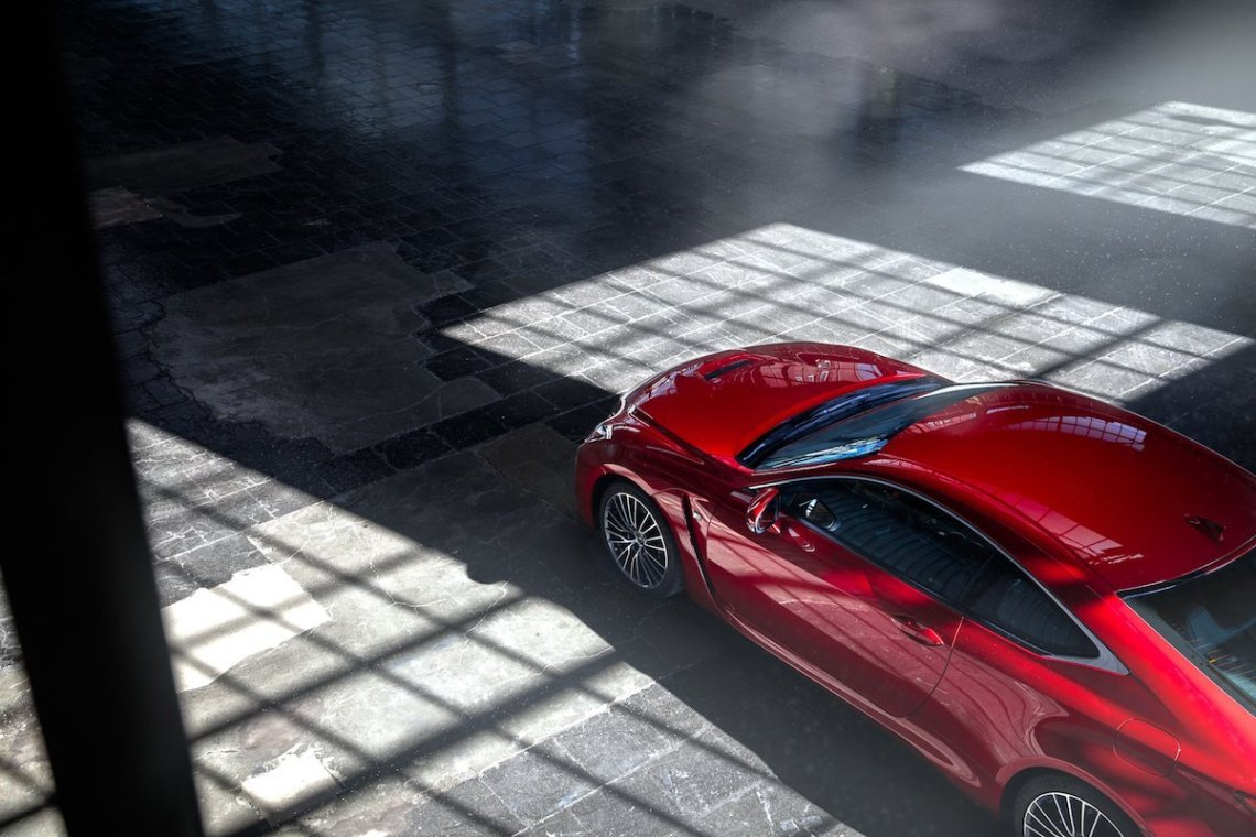 Lexus RC F Advantage 3/4 Totale Top Von oben Halle Lagerhalle Hangar Shooting Adrian Bugaj abimages Sportwagen V8 Coupé Design Schatten