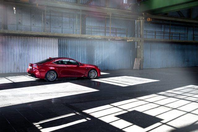 Lexus RC F Advantage Profil Flare Lichtstrahl Halle Lagerhalle Hangar Felgen Bordeaux rot Sportwagen V8