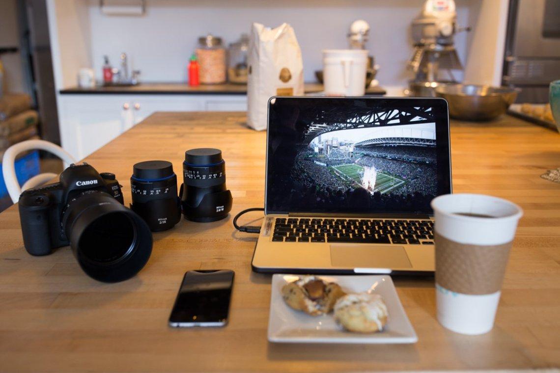 Macbook Pro Zeiss Milvus Canon 5D Mark IV iPhone Cookies Kekse Hello Robin Seattle Seahawks Centurylink Field NFL Coffee Kaffe Workstation Arbeit Fotograf Marcel Langer MANCVE