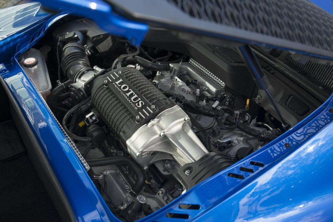 Lotus Exige Sport 380 Rennstrecke Racetrack Test Review Fahrbericht blau Sportwagen V6 Kompressor Motorraum Engine Bay Aufladung Heckmotor