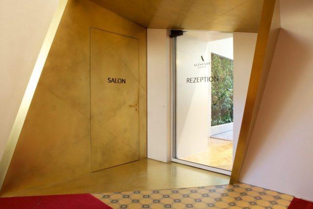 Salon Rezeption Interior Design Altstadt Schiebetür gold