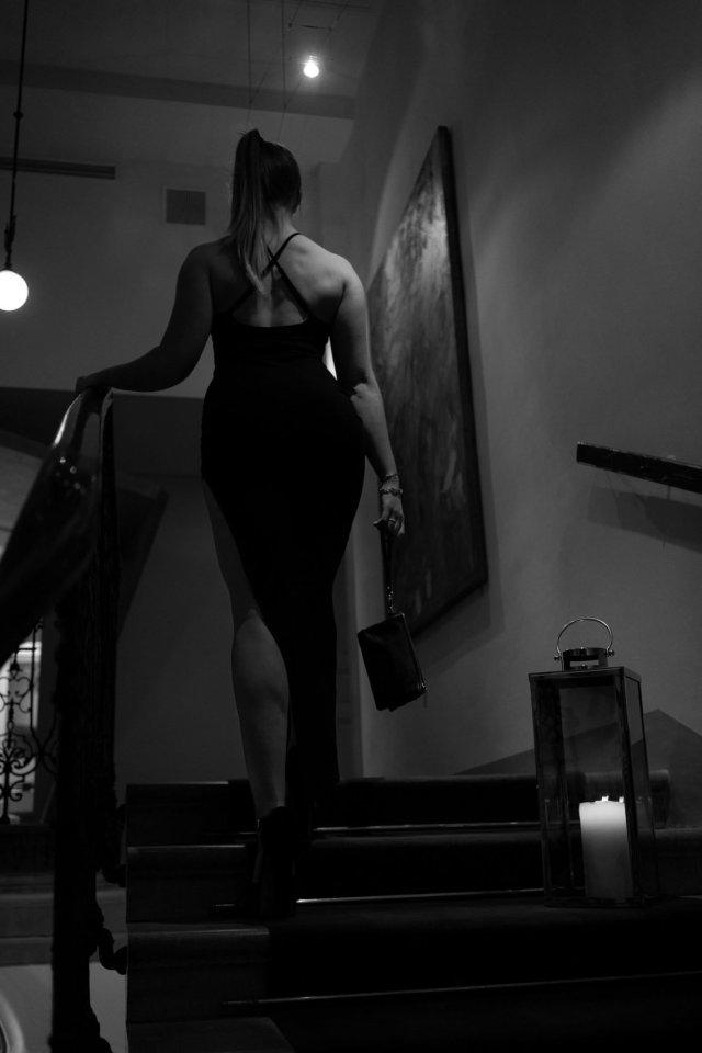 Treppe Kerze Frau Kleid Beine schwarz weiß kurvig
