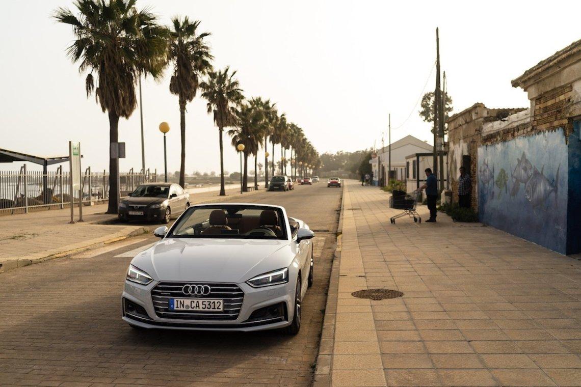 Audi A5 Cabriolet 3.0 TDI Gletscherweiß Strandpromenade Menschen Leben Silhouette Palmen Hafen Yacht Leben Urlaub Roadtrip