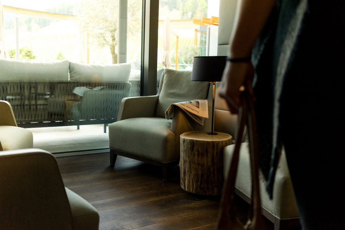 Alpiana Resort Wellness Hotel Lana Merna Südtirol Lobby Sessel Lampe Zeitung Terrasse Ausblick Handtasche Diana