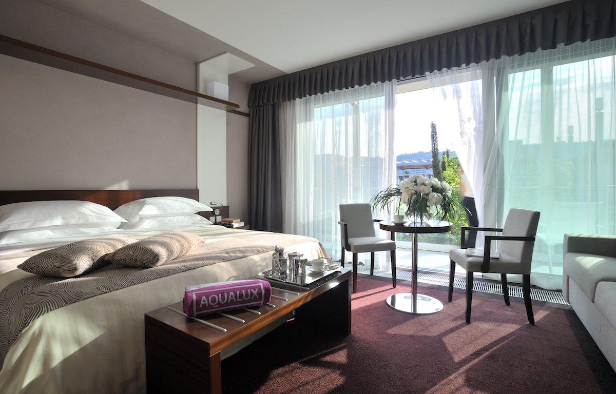 Aqualux Spa Wellness Hotel Bardolino Zimmer Room Bett Stühle Sofa Balkon