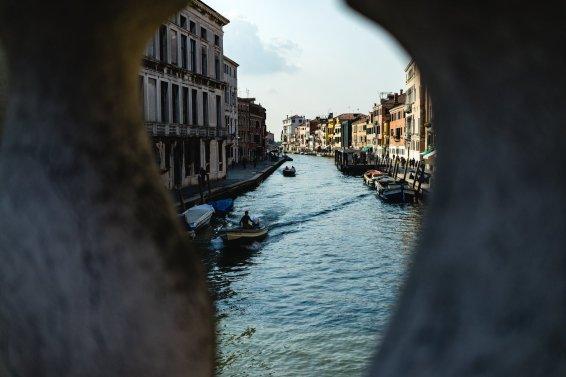 Venedig Venezia Venice Italien Romantik Romance Romantisch Urlaub Lifestyle Ponte della Guglie Brücke Pfeiler Wasser Kanal Flucht Häuser Vordergrund
