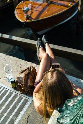 Venedig Venezia Venice Italien Romantik Romance Romantisch Urlaub Lifestyle Beine Diana iPhone 7 Handtasche Pier Taxi Boot Wasser Sonnenbrille Above Top Vogelperspektive Quads